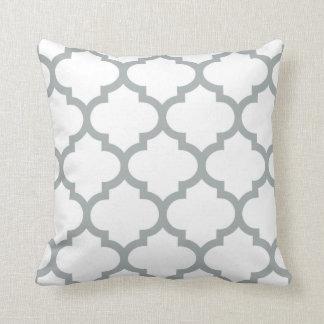 Almohada de Quatrefoil - gris de Paloma