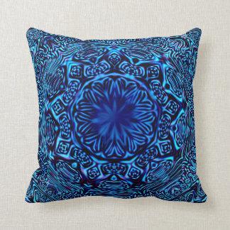Almohada de tiro abstracta azul de la flor