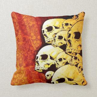 Almohada de tiro anaranjada de los cráneos
