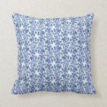 Almohada de tiro azul y blanca de la impresión flo