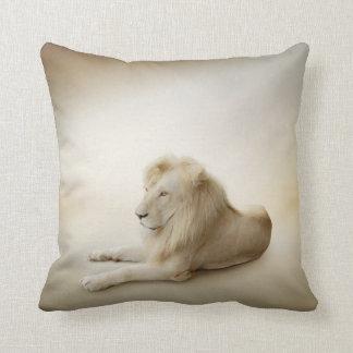 Almohada de tiro blanca del león