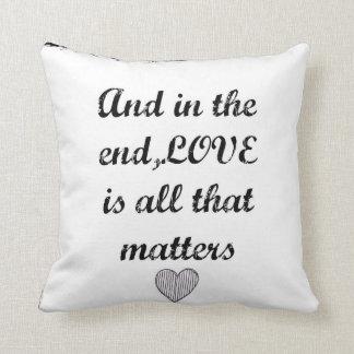Almohada de tiro con guión blanco y negro del amor