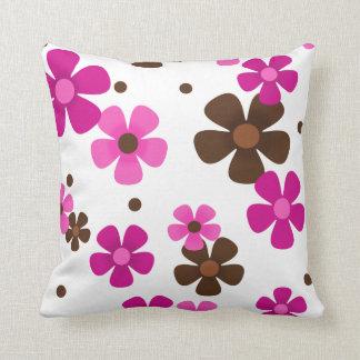 Almohada de tiro con las margaritas rosadas y