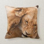 Almohada de tiro de abrazo de los leones