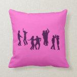 Almohada de tiro de encargo rosada de las siluetas