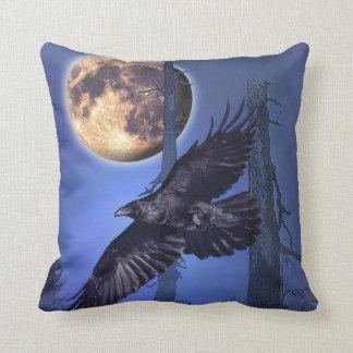 Almohada de tiro de la fantasía del cuervo y de la