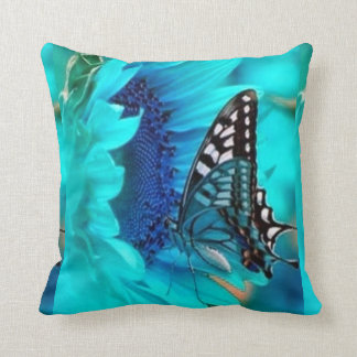 Almohada de tiro decorativa azul de la mariposa