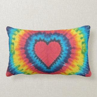 Almohada de tiro del corazón del teñido anudado