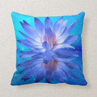 Almohada de tiro del lirio de agua azul
