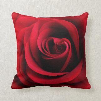 Almohada de tiro del rosa rojo