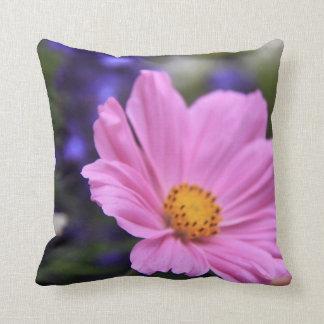 Almohada de tiro floral rosada reversible