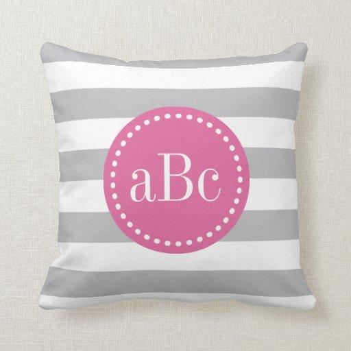 Almohada de tiro gris clara y rosada del monograma