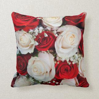 Almohada de tiro hermosa de los rosas rojos y blan