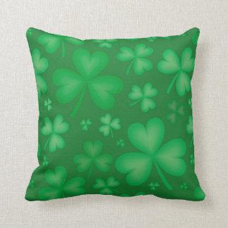 Almohada de tiro irlandesa verde del trébol