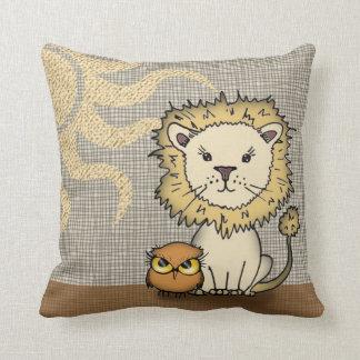 Almohada de tiro linda del león y del búho para el