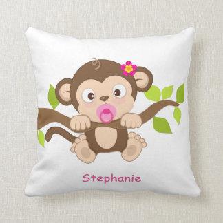 Almohada de tiro linda del mono de la niña