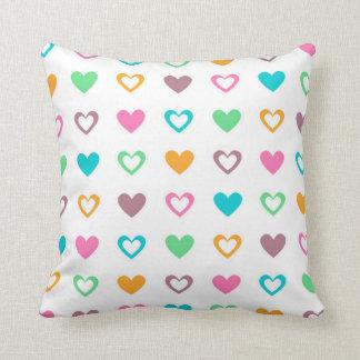 Almohada de tiro llenada corazón colorido del