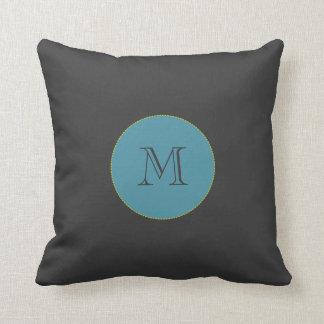 Almohada de tiro negra, azul del monograma