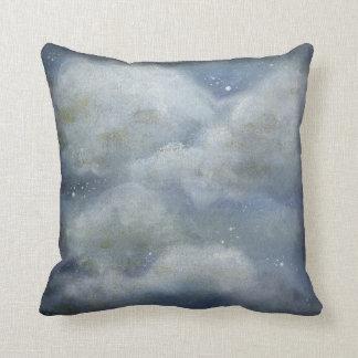 almohada de tiro nublada de la noche estrellada