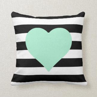 Almohada de tiro rayada blanco y negro del corazón