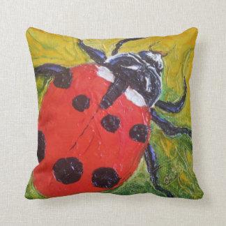 Almohada de tiro roja de la mariquita