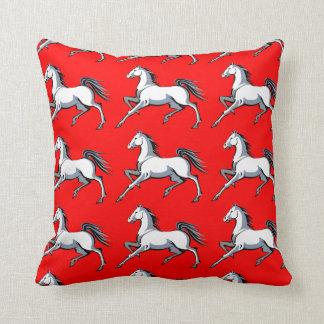 Almohada de tiro roja de los caballos blancos