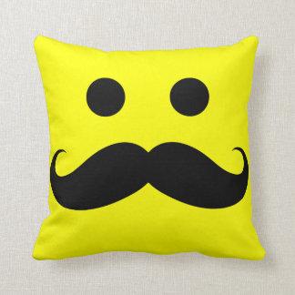 Almohada de tiro sonriente de la cara del bigote d