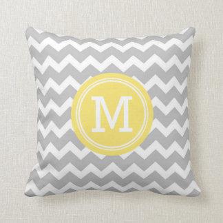 Almohada decorativa del monograma amarillo gris de