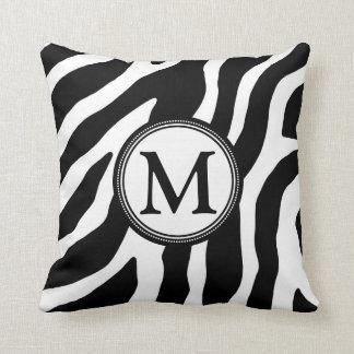 Almohada decorativa del monograma blanco negro de