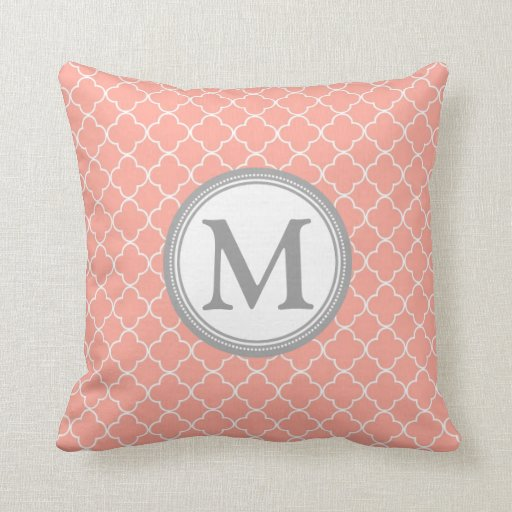 Almohada decorativa del monograma gris coralino de