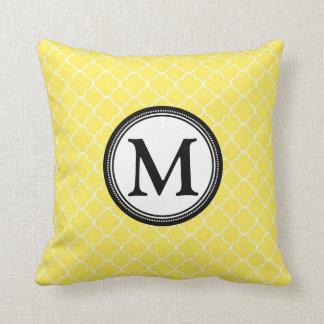 Almohada decorativa del monograma negro amarillo d