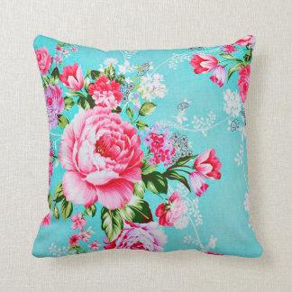 Almohada decorativa floral de las flores rosadas e