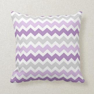 Almohada decorativa gris de Chevron de la lavanda