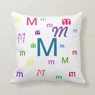 Almohada decorativa M de la letra del alfabeto