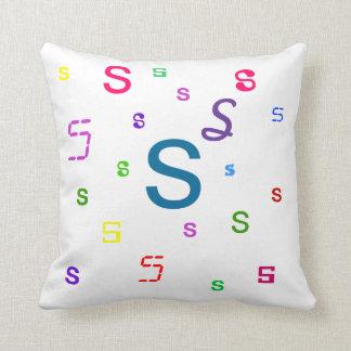 Almohada decorativa S de la letra del alfabeto