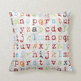 Almohada del alfabeto cubierta con los ABC