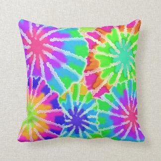 Almohada del arco iris del teñido anudado