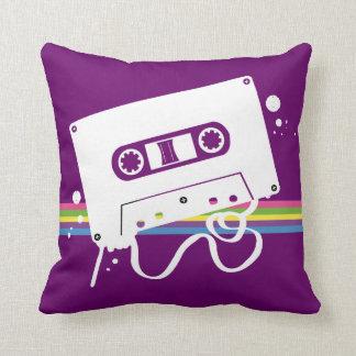 Almohada del casete en la púrpura (fondo adaptable