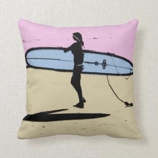 Almohada del chica de la persona que practica surf