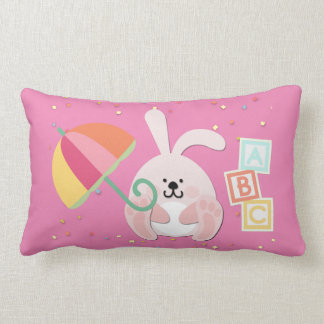 Almohada del cuarto de niños con el conejito, los