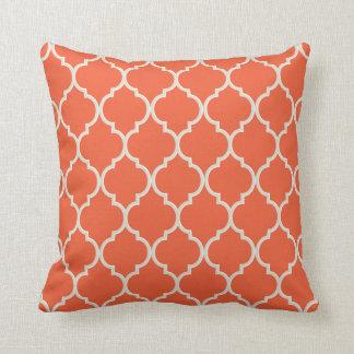 Almohada del enrejado del naranja y del blanco del