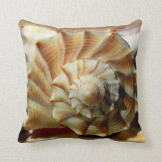 Almohada del espiral del Seashell del bucino de la