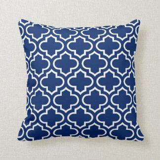 Almohada del modelo de Quatrefoil en azul real