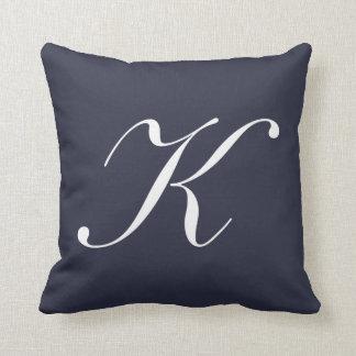 Almohada del monograma de los azules marinos de la