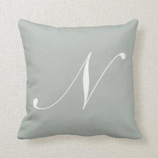 Almohada del monograma de los gris plateados de la cojín decorativo