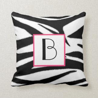 Almohada del monograma del estampado de zebra