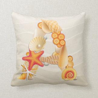Almohada del monograma del Seashell de la playa -