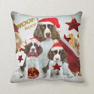 Almohada del navidad del perro de aguas de saltado