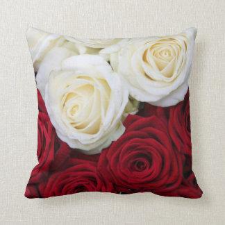 Almohada del rosa rojo y blanco
