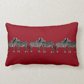 Almohada elegante, cebras en de color rojo oscuro